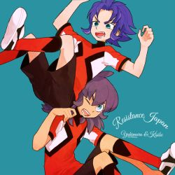 2boys blue_eyes character_name green_eyes inazuma_eleven_(series) inazuma_eleven_go inazuma_eleven_go_galaxy kishibe_taiga l_hakase long_hair male multiple_boys open_mouth purple_hair resistance_japan simple_background soccer_uniform sportswear wince yukimura_hyouga