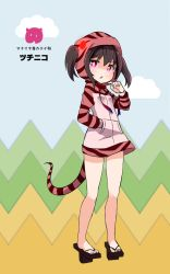 >:o 1girl :o bangs bare_legs barefoot black_hair cosplay full_body geta glowing glowing_eyes hand_in_pocket hood hoodie kemono_friends kemonomimi_mode long_sleeves looking_at_viewer love_live! love_live!_school_idol_project neck_ribbon partially_translated red_eyes red_ribbon ribbon shikei_(jigglypuff) snake_tail solo striped_hoodie striped_tail tengu-geta translation_request tsuchinoko_(kemono_friends) tsuchinoko_(kemono_friends)_(cosplay) twintails yazawa_nico
