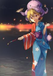 1girl adapted_costume american_flag bei_mochi blonde_hair clownpiece commentary_request food head_tilt highres japanese_clothes kimono long_sleeves looking_at_viewer night obi octopus open_mouth orange_eyes outdoors sash smile solo standing star striped touhou water_balloon wide_sleeves yukata